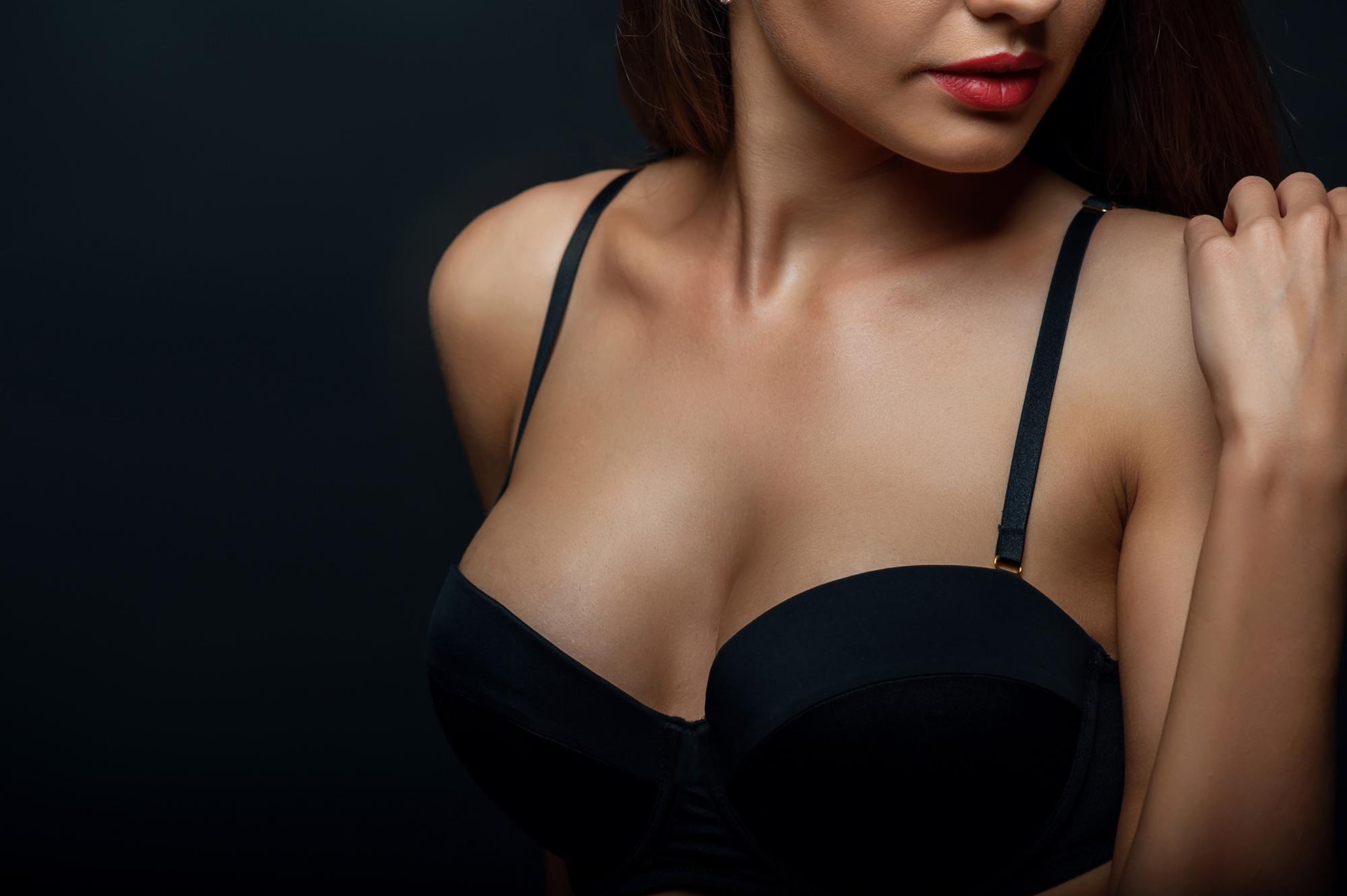 хотелось, фотографирует свою грудь в бюстгальтере которой